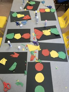 Practice cutting circles for a transportation theme while .Practice cutting circles for a transportation theme as they are used to create traffic lights. Preschool Transport FinemotorTransport craft for childrenTransport craft for childrenOld Transportation Preschool Activities, Transportation Unit, Preschool Learning Activities, Preschool Curriculum, Preschool Themes, Preschool Lessons, Preschool Classroom, In Kindergarten, Preschool Crafts