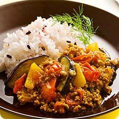 豚肉と夏野菜のキーマカレー (レシピNo.1854) 1. 生姜、にんにくはみじん切りにし、なすは縦8等分に切って半分に切り、パプリカは乱切り、プチトマトはくし切りにします。 2. 鍋にサラダ油、にんにく、生姜を弱火で熱し、香りが出たら豚肉を焼く様にして炒め、豚肉の色が変わったら残りの1.を加えます。  3. なすがしんなりしてきたらカレー粉を加え、香りが立つまで炒めます。  4. 3.に(A)を加え、煮立ったら弱火で味がなじむまで30分程煮、(B)を加えてさらに10分ほど煮ます。  5. 炊き立てのごはんを器に盛り、4.をかけ、あればディルを添えます。