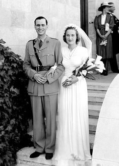 Beautiful couple on their wedding day, 1940s. Love her simple bouquet of calla lilies.