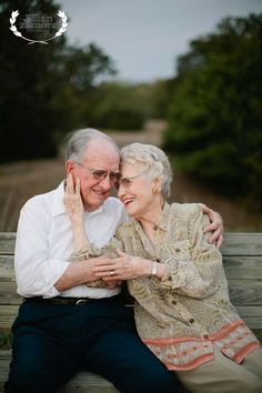 Older couple poses, older couples, mature couples, couple in love photo Older Couple Poses, Older Couples, Mature Couples, Couple Photoshoot Poses, Couple Picture Poses, Couple Posing, Couple Pictures, Old Couple Photography, Love Photography