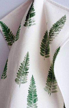 17 Ways To Introduce Botanical Designs Into Your Home Decor // A botanical tea towel or two is the perfect way to add some greenery to your kitchen, here's a DIY for a fern tea towel. Botanical Bathroom, Botanical Kitchen, Botanical Decor, Fabric Stamping, Décor Boho, Fabric Painting, Ferns, Textile Design, Printing On Fabric