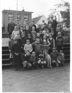 Loenen op de Veluwe - school 10 → Zo zag het er op het 'grote' schoolplein uit. Rechts de fietsenstalling waar je 'paaltjeverwisselen' kon spelen. Boven aan de trap was gras, daar kwamen we geloof ik nooit. BRON: SchoolBANK.nl - Klassenfoto 's Openbare School Loenen dorp