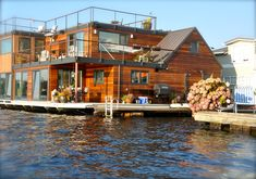 Patina Moon: Floating Homes of Seattle. what a beautiful boat house. Floating Architecture, Houseboat Living, Unusual Homes, Floating House, Rustic Design, My Dream Home, Dream Homes, Beautiful Homes, Cottage