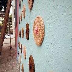 Karen Dolorez usa o crochê como forma de street art, e questiona temas em seu trabalho como a ocupação de espaços públicos, machismo e o universo feminino.