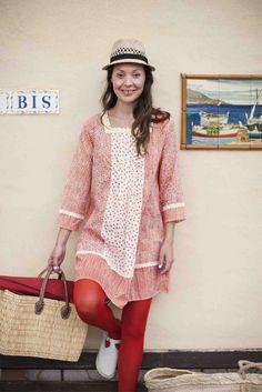 """Frühjahrskollektion 2014 - Emma trägt die Tunika """"Primula veris"""" aus Öko-Baumwolle und ist damit startklar für einen schönen Tag in Bouzigues."""
