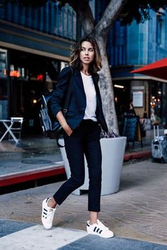How to wear sneakers to work? Savoir Flair shares easy tips and fail-safe outfit ideas to nail the look with the help of the perfect wardrobe essentials. Work Casual, Casual Chic, Casual Looks, Sporty Chic, Casual Office, Office Wear, Smart Casual, Fashion Mode, Work Fashion