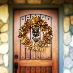 Thanksgiving wreath: fallen leaves and gold spray paint. #diy #free