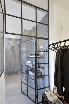 Industriální ocelová skleněná příčka odkazuje na původní využití budovy.