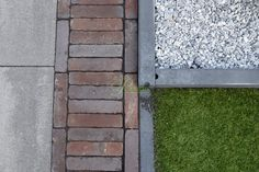 Beton-waaltjes-keramiek-groen-kunstgras... Een diverse tuin, met de producten van Postmus.