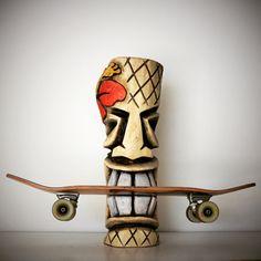Tiki isst Skateboard