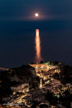 Sicilia 10 cose a Taormina Beautiful World, Beautiful Places, Visit Sicily, Taormina Sicily, Sicily Italy, Amalfi Coast, Terra, Italy Travel, Seattle Skyline
