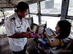 タイ・バンコク(Bangkok)のバス車内で運賃を徴収する車掌のワッチャリ・ビリヤさん(2014年4月28日撮影)。(c)AFP/PORNCHAI KITTIWONGSAKUL ▼8Jun2014AFP|大人用おむつ着用しないと働けない…、待遇改善求めるタイのバス車掌ら http://www.afpbb.com/articles/-/3016946 #Bangkok #Bus_conductor