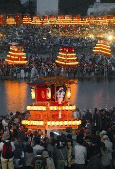 "Bearers position the danjiri floats by the Kamogawa river in the ""kawairi"" ceremony, the finale of the Saijo Festival in Ehime Prefecture, Oct. 16. (Yoshitaka Kodama)"