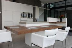 Voor de tafeldelen is Amerikaans noten gebruikt met als functie bar, eettafel en bureau. Het werkblad is gemaakt van beton net als grote delen stucwerk rondom de mat witte kasten waarvan de binnenzijde uiteraard van hout gemaakt is.