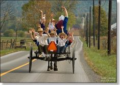 2711 schools out a group of amish children smile and wave from the back of a wagon at the end of a school day Amish Family, Amish Farm, Amish Country, Country Life, Amish Town, Amish Village, Country Kitchen, Amish Culture, Holmes County