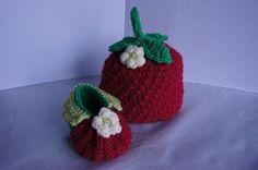 Babysetje aardbeienmuts en slofjes. [Crochet pattern for strawberry baby hat and booties.]