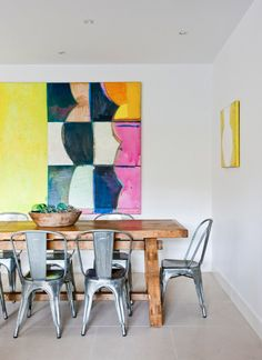 Modern art + a rustic table + tolix chairs…. Round Farmhouse Table, Rustic Table, Wood Table, Dining Room Inspiration, Interior Design Inspiration, Painting Inspiration, My Living Room, Home And Living, Table And Chairs