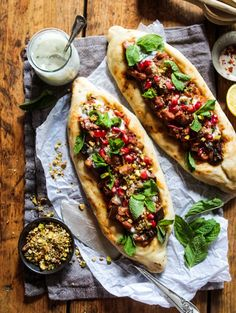Spiced Aubergine Pide (Vegan Turkish Flatbread Pizza 2019 Spiced Aubergine Pide (Vegan Turkish Flatbread Pizza) A super easy & healthy vegan pizza recipe packed with flavour. Perfect for a lunch or dinner. The post Spiced Aubergine Pide (Vegan Turkish F Lunch Recipes, Vegetarian Recipes, Healthy Recipes, Healthy Food, Vegan Recipies Dinner, Vegan Food, Vegetarian Pizza, Healthy Pizza, Food Food