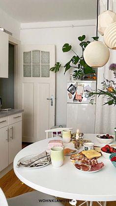 Eine kleine Küche einrichten kann eine Herausforderung sein, aber auch Spaß machen. Denn ist der wenige Platz erst einmal richtig ausgenutzt, steht die kleine Küche einer großen in (beinahe) nichts nach. Mit unseren 5 Tipps kannst Du eine kleine Küche einrichten und dabei das meiste aus ihr rausholen. Table Settings, Fold Away Table, Homes, Tips, Place Settings, Tablescapes