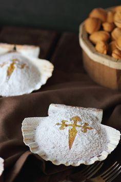 Tarta de Santiago ( Almond cake), sin trigo, ni mantequilla, especial para CELÍACOS. Precalentar el horno a 180 grados. Elaboración: 3 huevos bien batidos, añadir 200 grs. de azúcar, seguir batiendo, añadir 250 grs. de almendra molida y mezclar, untar un molde de 20 cms de diámetro con aceite, añadir la mezcla y hornear 25 a 30 minutos.Espolvorear con azúcar glass. Opcional: otros sustitutivos del azúcar