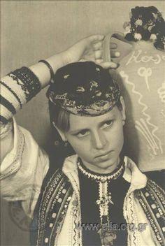 Εορτασμοί της 4ης Αυγούστου: γυναίκα με παραδοσιακή  ενδυμασία της Φλώρινας με στάμνα, 1937. Nelly's (Σεραϊδάρη Έλλη)