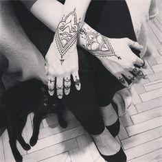Человек и кошка  cat and women #henna #mehandi #fyoklamehndi #mehendi #hennapro #hennaartist #менди #мехенди #мехендиКиев #росписьхной #временноетату #рисунокхной