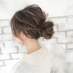 夏にぴったりなまとめ髪「シニヨン」。シニヨンのアレンジは、簡単に出来るのに凝って見えるものばかり。今回は、この夏挑戦したい簡単オシャレなシニヨンアレンジを紹介します! Good Hair Day, Love Hair, Short Hair Updo, Short Hair Styles, Hair Due, Hair Arrange, Japanese Hairstyle, Bridesmaid Hair, Trendy Hairstyles