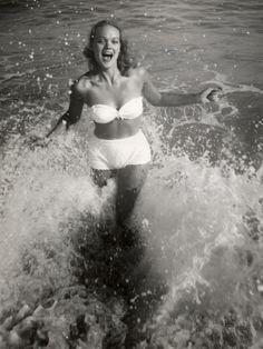 80 Vintage Babes in Bathing Suits to Celebrate That It's 80 Degrees Vintage Stil, Vintage Girls, Vintage Outfits, Vintage Clothing, Black And White Posters, Poster Design, Vintage Swimsuits, Jane Birkin, Joan Crawford