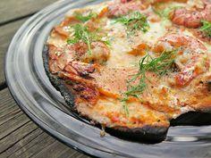 Kun olimme lomilla Mauritiuksella niin miesväki söi muutaman kerran kunnon frutti di mare pizzan. Siitä tää ajatus sitten lähti eli pizzaan laitetaan rapuja kuorineen, joo hankalampi syödä mutta pizzasta saa näyttävämmän kokonaisuuden. Sit laitoin kylmäsavustettua lohta. Simpukoita en tällä kertaa laittanut koska pizza olis mennyt niin tukkoon. Paistoin pizzat MyPizza-uunilla, aivan kerrassaan suosikki laite ja …
