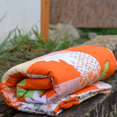 Margarétky. Veselá deka v oranžových odtieňoch do detskej izby. Deka je presita vo všetkych švkoch, má aplikácie margarétok a strojovú výšivku berušiek. :) 210 x 130 cm + 40 x 40 polštář.