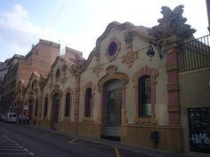 ESP.: Fachada del almacén modernista de la fábrica, en la calle Ortigosa de Barcelona. CAT.: Façana del magatzem modernista de l'empresa Serra i Balet, al carrer d'Ortigosa