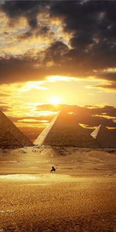 Pyramids, Egypt It is one of the Seven Wonders of the World which makes it a must in the places to visit. Great Places, Places To See, Pyramids Egypt, Kairo, Ancient Egypt Art, Theme Tattoo, Visit Egypt, Egypt Travel, Giza