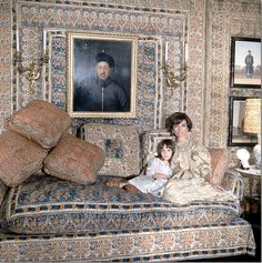 Lee Radizwell with daughter Tina, in a room designed by Renzo Mongiardino. He used lowly cotton bedspreads which he hung from the walls installed within plastic gold frames.  The room became iconic and remains so today – it has been copied many times since including by the famously chic Michael Smith.