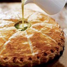 Fill a puff pastry pie with thinly sliced new potatoes, garlic, herbs and cream for a rich and creamy French-style dish. We call it: the potato pie! Potato Pie, Potato Dishes, Tart Recipes, Cooking Recipes, Savory Tart, Savoury Pies, Quiches, International Recipes, Food And Drink