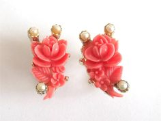 VINTAGE 50 S PINK CORAL COLOURED CELLULOID ROSE BUD PEARL GOLD TONE EARRINGS