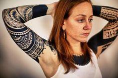 tatouage tribal femme bras entier