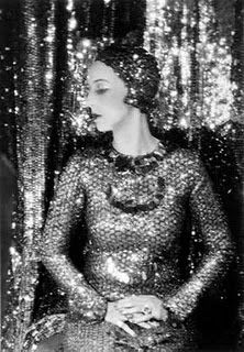 Previous pinner writes: Nancy Cunard was sheer glamour. She was the British heiress to the Cunard shipping line fortune, and abandoned her societal responsibilities to skip off to Paris in the to live the jazz life. Moda Retro, Moda Vintage, Vintage Mode, Belle Epoque, Vintage Glamour, Vintage Beauty, Vintage Fashion, 1920s Glamour, Hollywood Glamour
