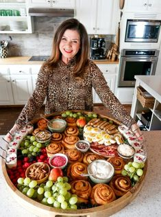 Here's a fun way to celebrate breakfast or brunch with your family and friends! Serve an Epic Christmas Cinnamon Roll Board. Charcuterie Recipes, Charcuterie Platter, Charcuterie And Cheese Board, Cheese Boards, Party Food Platters, Food Trays, Christmas Brunch, Christmas Breakfast, Mini Appetizers