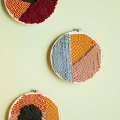 Punch Needle Embroidery How To Punch, pull and repeat! These embroidery hoops add major warmth to walls. Learn Embroidery, Hand Embroidery Stitches, Embroidery Hoop Art, Ribbon Embroidery, Embroidery Designs, Pillow Embroidery, Embroidery Needles, Arte Punch, Punch Art