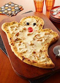 A fun and easy idea for Halloween that the kids will love. White garlic cream sauce and mozzarella make a ghostly good White Chicken Pizza! White garlic cream sauce and mozzarella make a ghostly good white chicken pizza! Pizza Halloween, Halloween Snacks For Kids, Halloween Appetizers, Halloween Dinner, Halloween Desserts, Halloween Treats, Appetizers Kids, Halloween Science, Pretty Halloween