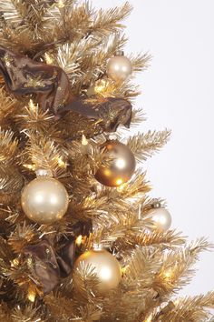 The Toasted Champagne Gold Christmas tree features gold tips and needles and fully hinged branches that can support larger ornaments. Champagne Christmas Tree, Tinsel Christmas Tree, Tinsel Tree, Colorful Christmas Tree, Christmas Tree Themes, Xmas Tree, Holiday Decor, Office Christmas, Christmas 2019