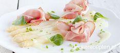 heerlijke combinatie van witte asperges met een frisse dressing en plakjes serranoham