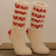 Julesokker - fra ull.no Crochet Socks, Knitted Slippers, Knitted Gloves, Knitting Socks, Baby Knitting, Knit Crochet, Woolen Socks, Crazy Socks, Knitting Accessories