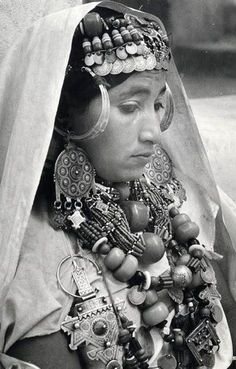 Femme Chleuh en parure complète de l' Anti-Atlas en sa partie Sud-Ouest   Maroc !