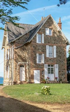 Stone House Revival on DIY Network with Jeff Devlin – Master… – Stone House Stone Cottages, Cabins And Cottages, Cottages By The Sea, Old Stone Houses, Old Houses, Beautiful Buildings, Beautiful Homes, Stone House Revival, English Country Decor