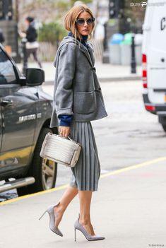 Olivia Palermo, presque tout de gris vêtue à New York, porte des souliers Francesco Russo. Le 8...