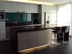 Strakke keuken met groot eiland - Keukens | Interieur Degroof Lommel met indirecte verlichting