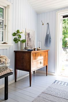 Boliginspiration: Fra anneks til smuk oase Swedish Cottage, Swedish House, Room Inspiration, Interior Inspiration, Cottage Entryway, Beddinge, Piece A Vivre, Scandinavian Living, Cottage Interiors