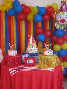 Fiesta de circo para cumpleaños infantiles. Ya sabes, combina los colores rojo, azul y amarillo
