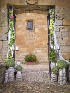 Preciosa guirnalda de hortensias decorando el marco de la entrada. Hecho con muchísimo gusto por @Mar de Flores
